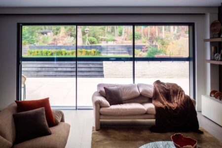 Automatic screens to protect from glare