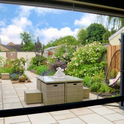 Power screens allow stunning garden views, whilst offering insect and solar protection