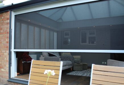 This power screen only allows the best of the outdoors in!
